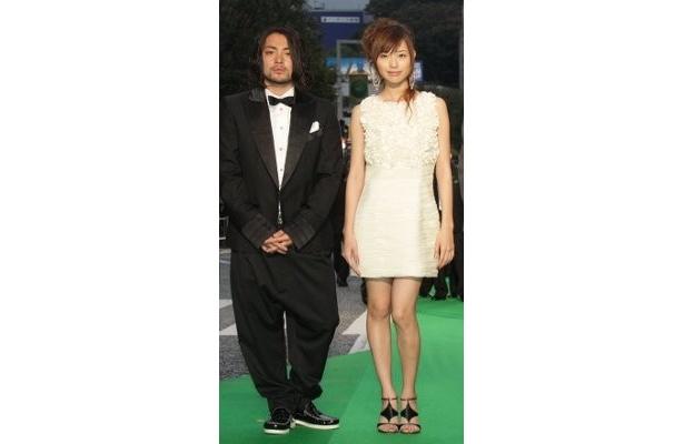 『大洗にも星はふるなり』の戸田恵梨香はミニワンピに合わせたサンダルがかわいい。左は山田孝之