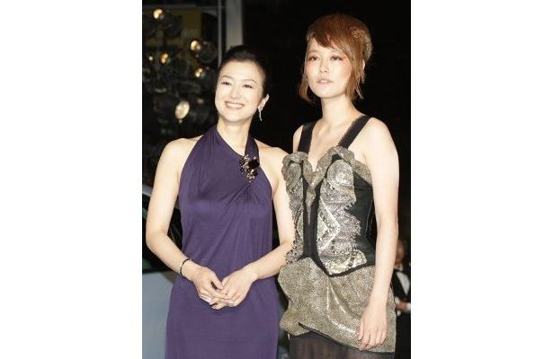 紫でフェロモンたっぷりの鈴木京香と、エッジで勝負の菊池凛子