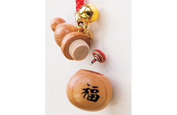 真ん中にある日本一小さなコマに注目!「箱根ろくろ細工 たなか」(箱根町箱根湯本)の「ひょうたんからコマ」(1500円)