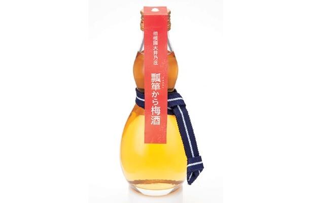 「酒岳堂 井島商店」(箱根町箱根湯本)の、ひょうたんの形の瓶に曽我梅林でとれた梅を日本酒で漬けた「ひょうたんから梅酒」(300ml・1050円)