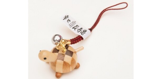 「箱根の市」(箱根町箱根湯元)のカメのように長寿を願った「寄木長寿カメ根付」(367円)