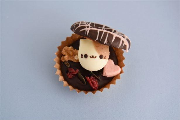 【写真を見る】チョコレートドーナツの中から「どうぶつドーナツ」がひょっこり顔をだした「どうぶつシェルドーナツ」(390円)