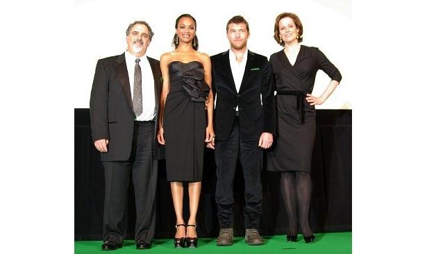右から登壇したシガニー・ウィーヴァー、サム・ワーシントン、ゾーイ・サルダナ、製作のジョン・ランドー