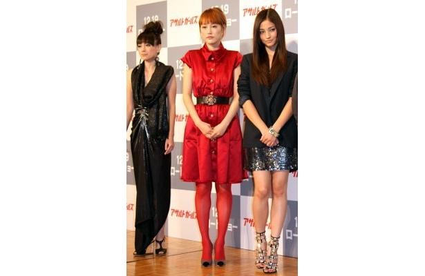 黒木メイサ、菊地凛子、佐伯日菜子の3人が個性的なファッションで来場!