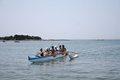 海に隣接しているからこそできるプログラム、アウトリガーカヌー/BEACH HAYAMA OUTDOOR FITNESS CLUB