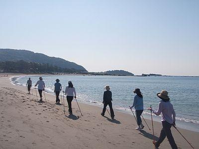 ビーチサイドでポールウォーキング/BEACH HAYAMA OUTDOOR FITNESS CLUB
