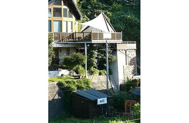 北鎌倉の山あいにある「TERRACE STUDIO 121 北鎌倉」。この張り出したテラスで日光を浴びながらヨガなどをするのだ
