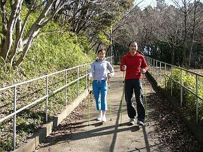 スキーのストックに似た専用ポールを持って歩くポールウォーキング。自然の中を歩くのは気持ちよさそう!/TERRACE STUDIO 121 北鎌倉