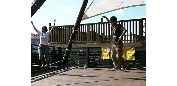 """こちらはスラックラインと呼ばれる、言わば""""綱渡り""""のようなもの。意外とハマるんだとか/TERRACE STUDIO 121 北鎌倉"""