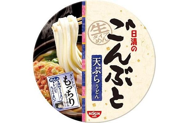 「天ぷらうどん」は販売エリアによりツユが異なる。東日本はカツオダシと醤油のうま味がしっかりした関東風、西日本はカツオと昆布のうま味をしっかり感じる関西風