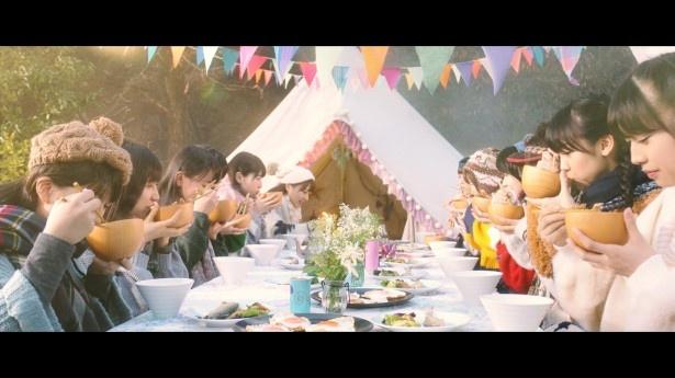 「モーニングみそ汁」MVで、みそ汁を飲むメンバー。うれしそうな顔、美味しそうな顔、ほっとした顔など、彼女たちのいろいろな表情に注目!