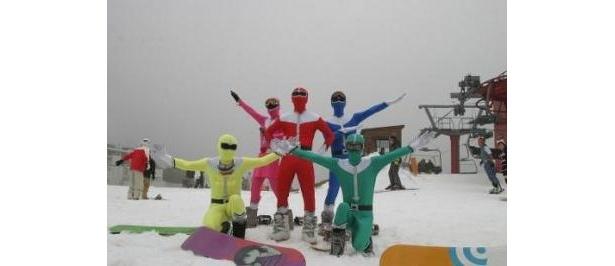 さまざまな仮装をしたスキーヤーがゲレンデを彩る