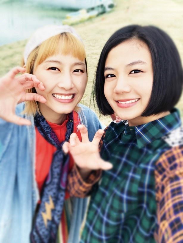 清水富美加(右)と松井玲奈(左)が4月29日(土・祝)公開の映画「笑う招き猫」で漫才に初挑戦! 3月からはMBS/TBSで全4話のドラマも放送