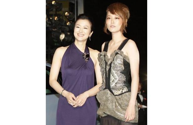 菊地凛子もエッジのきいた衣装でグリーンカーペットを歩いた