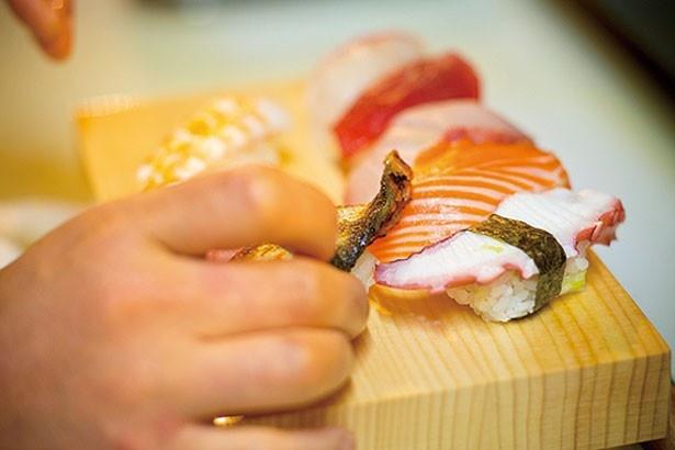 目の前で握る一流の寿司を味わえる/立ち寿司 まぐろ一徹 京橋店