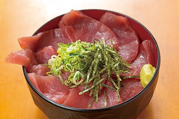 ご飯が見えないほどのボリュームで好評の「鉄火丼」(648円)/魚介 京橋店