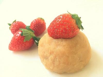【写真を見る】「雪見いちごおはぎ」(280円)は和のショートケーキをイメージ