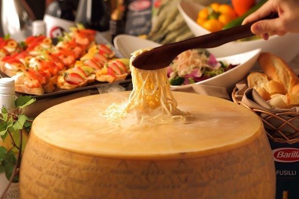 チーズの器で作るカルボナーラ