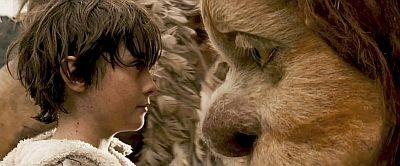 かいじゅう、意外と大きい! 主人公のマックス(左)役は、新人俳優のマックス・レコーズが演じる