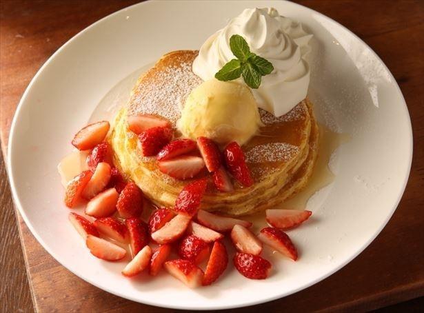 「Kua'aina」の「いちごとメープルのパンケーキ」(810円)