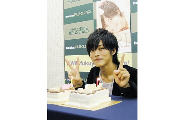 22歳の誕生日を迎えた松坂桃李。サプライズで贈られたケーキに大喜び!