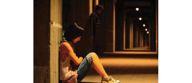 疲れて座り込んでしまう愛。一体どうなってしまうのか