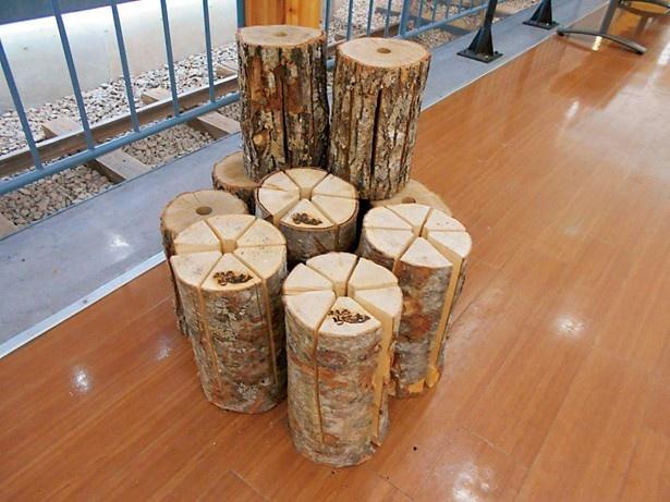 ウッドキャンドルは丸太に切り込みを入れて作られる