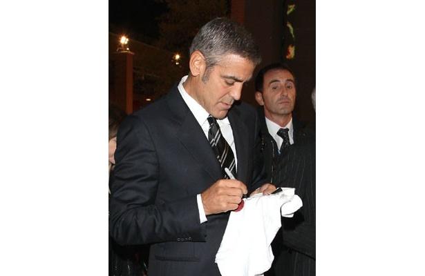 サインをするジョージ