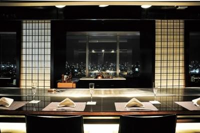 【写真を見る】20階の鉄板焼「瑠璃」では鉄板の先に夜景が