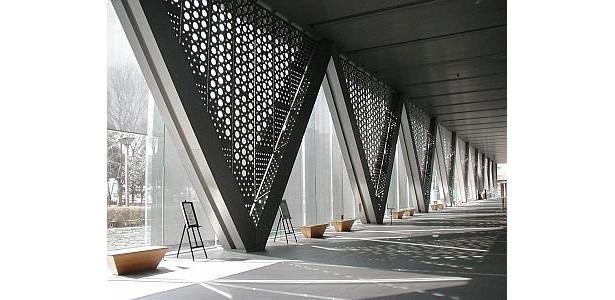 このエントランススペースに縦7m、横5mを越える巨大作品が展示される