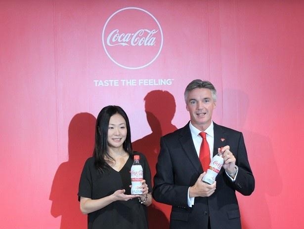 【写真を見る】日本コカ・コーラ株式会社代表取締役社長のティム・ブレット氏(右)とマーケティング本部 コカ・コーラグループディレクター小林香予氏(左)
