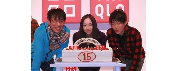 ユニクロフリース誕生15周年のお祝いに駆けつけた、左からイッセー尾形さん、宮本笑里さん、三浦皇成さん