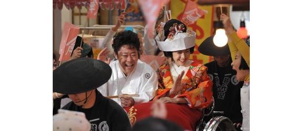 祐太の奥さんとなる徹子役に竹内結子。結婚パレードの日は、商店街も祝賀ムード!