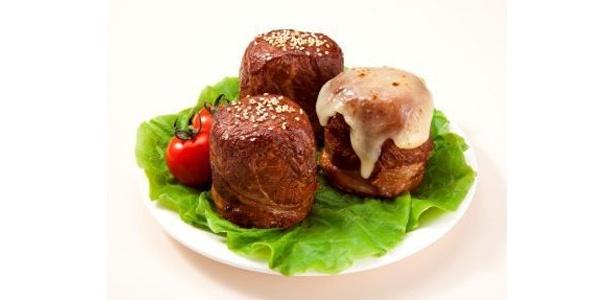 """肉巻きおにぎりの専門店「元祖にくまき本舗」(宮崎県宮崎市)も「東京ミートレア」に登場。ごはんを豚肉で巻いて焼くという""""逆の発想""""で今や人気のB級グルメ"""