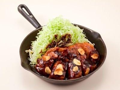 「東京トンテキ」(東京都渋谷区)の「トンテキ」(800円予定)。野菜や果物、スパイスなど数十種類の素材を独自にブレンドして熟成させた東京トンテキオリジナルソースが特徴