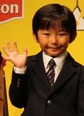 表彰式後、笑顔で手を振る清史郎くん