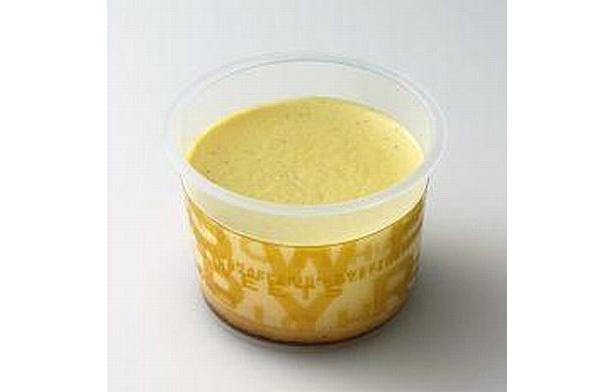 ソフトクリームと同じ北海道十勝産牛乳、ホイップクリーム、卵黄をブレンドしたクリーミーでコクのあるなめらかプリン「十勝こくプリン」(150円)