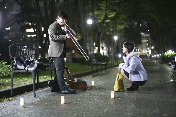 トロンボーンを弾く浜野謙太とそれに聞き入る松井玲奈。浜野謙太の役どころとは…?
