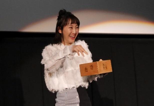 【写真を見る】恥ずかしそうに豆まきをしながら登場した松井玲奈