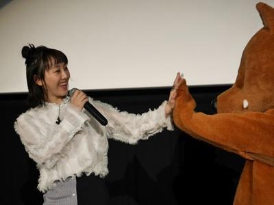 「来年もあるならウルフィとも共演したい!」(松井)と仲良くハイタッチ