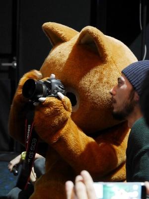 フォトセッションの時間に、なぜかウルフィが記者に紛れて撮影!?