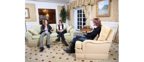 ロスのYOSHIKI(写真右)を訪ね、対談を行ったGLAYのTERU(同中央)とTAKURO(同左)