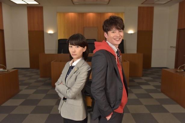 離婚裁判を争う弁護士を演じる波瑠と岡田将生(左から)