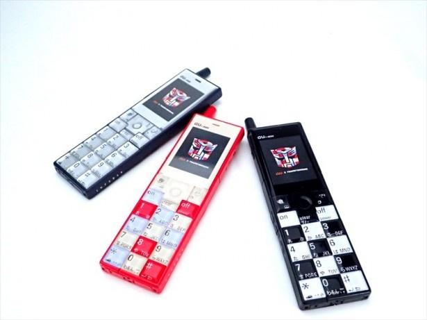 【写真を見る】「INFOBAR」は2003年10月に発売された「au design project」第1弾の携帯電話機だ