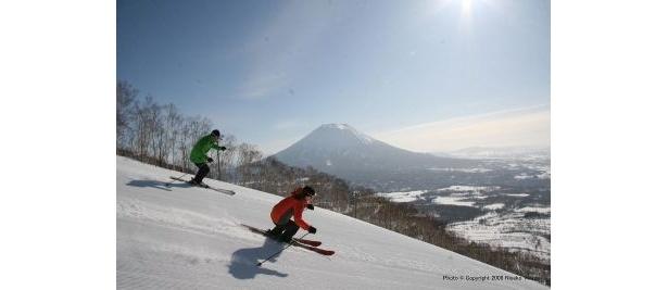 羊蹄山を望みながらスキーも