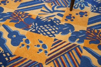 さまざまなシルエットが描かれた絨毯。スティッチの足跡も…