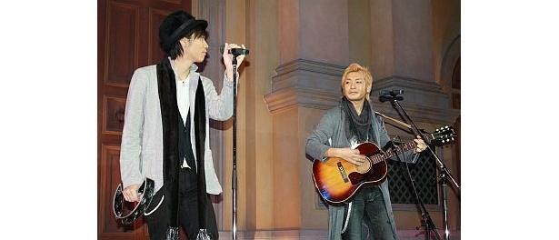 ライブでは、2人とも熱唱!つるのさんの額からは大量の汗が