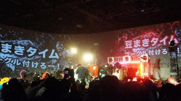 最後の大豆まきでは全出演者がステージに登場。会場一体となって豆を浴びた