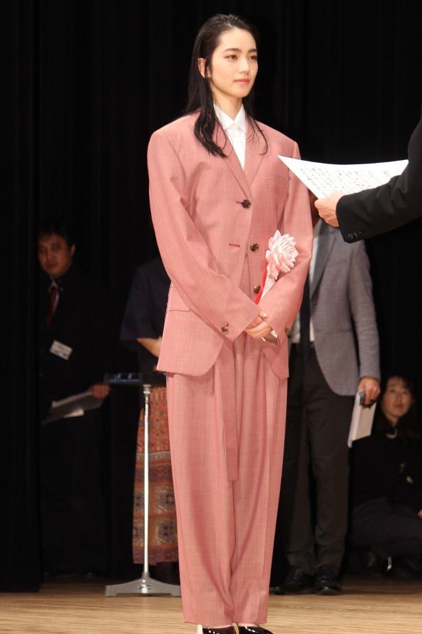 【写真を見る】会場がどよめいた小松菜奈のスーツ姿の全身ショット