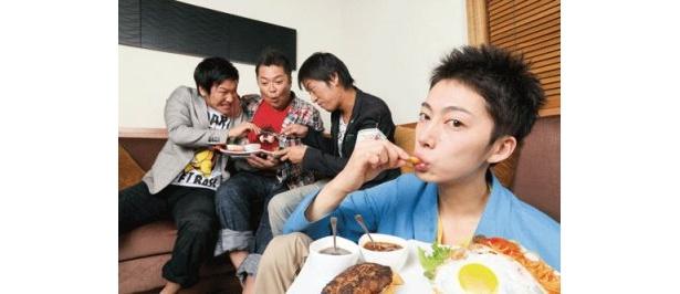 3人がはんにゃランチを取り合うなか、金田が1人ゆうゆうとブラマヨランチを堪能。
